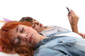 Zwei mädchen im teenageralter entspannend auf dem bett — Stockfoto