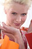 彼女の買い物袋を保持している女性 — ストック写真