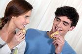 Par äta pannkakor till frukost — Stockfoto