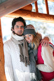 Paar stond knuffelen op chalet patio — Stockfoto