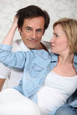Woman caressing a man's hair — Stockfoto