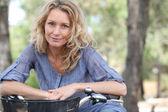 Blond kobieta na rowerze — Zdjęcie stockowe