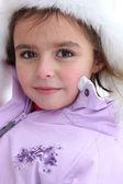 Malá dívka, která nosí kožený klobouk a kabát — Stock fotografie