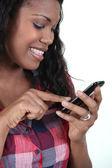 微笑触摸敏感电话的女人 — 图库照片