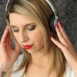 Woman listening to music with her headphones — Stock Photo