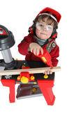 Kleine jongen voorwenden om een timmerman — Stockfoto