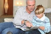 Farfar läser en berättelse — Stockfoto