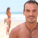 glücklicher Mann am Strand — Stockfoto