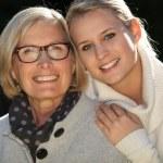 mor och dotter i trädgården — Stockfoto