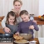 Mum and girls making pancakes — Stock Photo