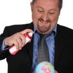 empresário pulverizar um globo com um aerossol — Foto Stock