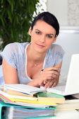 Frau in bester laune trotz starker arbeitsbelastung — Stockfoto