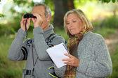 Couple with binoculars — Stock Photo