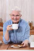 Grootmoeder met koffie — Stockfoto