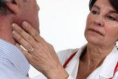 Lekarz bada pacjenta jej — Zdjęcie stockowe