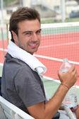 Bir şişe su ile tenis oyuncusu — Stok fotoğraf