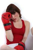 Mujer joven relajante después de boxeo — Foto de Stock