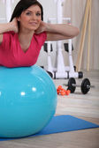 Woman working out with the help of an exercise ball — Stock Photo