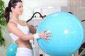 布鲁内特控股充气健身房球 — 图库照片