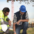 Foto Stock: Construction workers discussing plans