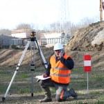 Surveyor setting up his specialized equipment — Stock Photo