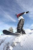 Hombre en una tabla de snowboard — Foto de Stock