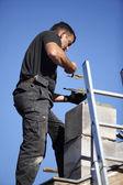 Dachdecker machen einen schornstein — Stockfoto