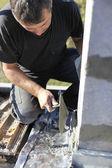 Pedreiro com espátula para espalhar o cimento na parede — Foto Stock