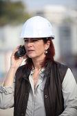 Middeleeuwse vrouwelijke architect bellen in bouwplaats — Stockfoto