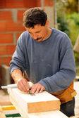 Carpenter marking wood with pencil — Foto de Stock