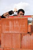Murarz regulacji mur z cegły — Zdjęcie stockowe