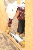 строитель, используя уровень пузыря — Стоковое фото
