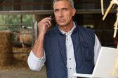 Farmář s mobilních telefonů a notebooků — Stock fotografie