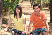 Teenage couple on bike ride — Stockfoto