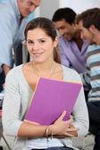 Una chica posando en un salón de clases — Foto de Stock