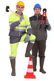 Dva silniční pracovníci vystupují — Stock fotografie