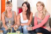 Vrouwen hebben een drankje samen — Stockfoto