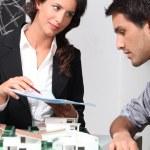 agent immobilier et client discutant des contrats — Photo