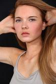Modell kör händer genom hår — Stockfoto