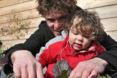 Mężczyzna i chłopiec ogrodnictwo — Zdjęcie stockowe