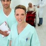 enfermeiras, na frente de um médico — Foto Stock