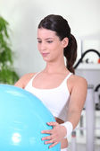 Jeune femme de faire des exercices de swiss ball — Photo