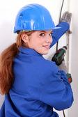 électricien femelle avec une perceuse électrique — Photo