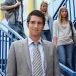 nauczycieli i uczniów na schodach — Zdjęcie stockowe