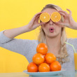 A woman playing with oranges — Stock Photo