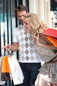 Couple go on a shopping spree — Stock Photo