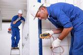Dwóch inspektorów elektrycznego w miejscu pracy — Zdjęcie stockowe