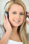 Mladá žena poslechu hudby — Stock fotografie
