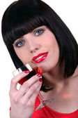 Portret kobiety z kieliszek wina różowego — Zdjęcie stockowe