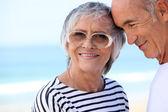 Pareja de ancianos en la playa junto — Foto de Stock